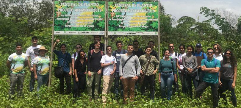 Alunos da Universidade do Estado do Pará acompanham plantio de mudas no Parque Estadual do Utinga.